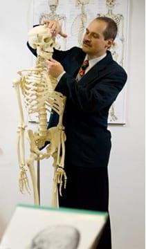 Robert May erklärt mit Skelettmodel Hugo die menschliche Anatomie